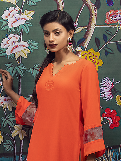 Cotton kurta with muslin trimmings, embellished with buttons on the neck and sleeve